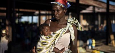 Malita, de 35 años, con su hijo Joseph en el campo Bangula, Malawi. El ciclón Idai arrasó toda su comunidad en Mozambique y tuvo que pasarse dos días encima de un árbol con sus hijos antes de que pudieran rescatarles. Foto: Philip Hatcher-Moore/Oxfam