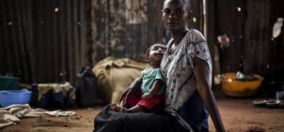 Berte posa con su hijo dentro de una iglesia que sirve como refugio para personas desplazadas a causa del conflicto en la provincia de Kasai, RD Congo. Foto: John Wessels/Oxfam