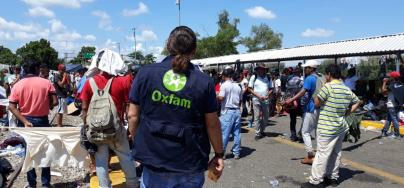 Migrants wait to cross the border from Guatemala to Mexico on the Rodolfo Robles bridge. Photo: Eva Cameros / Oxfam