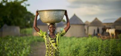 Christina a 23 ans et cultive le maïs. On lui a montré comment faire du compost dans le cadre du programme CRAFS (Systèmes agricoles et alimentaires résistants aux changements climatiques). Crédit : Nana Kofi Acquah/Oxfam
