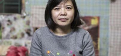 Hoan est employée dans une usine de vêtements, dans le nord du Vietnam, où elle travaille 62 heures par semaine en moyenne et gagne environ 1 dollar de l'heure.