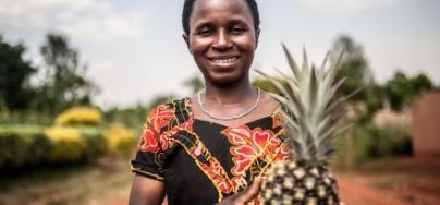 Con el apoyo de Oxfam, las productoras miembro de la cooperativa Tuzamurane cultivan y venden piñas, y ya no viven atrapadas en un círculo vicioso de falta de ingresos.