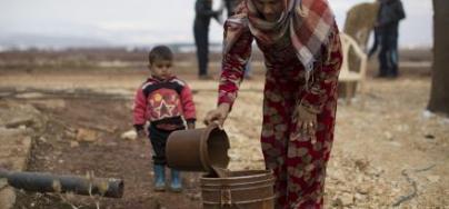 Hanna, 20 ans, et son fils Mohamed, dans un campement de forture pour réfugiés syriens dans la vallée de la Bekaa, au Liban. Photo: Sam Tarling/Oxfam