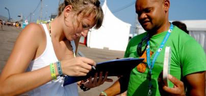 An Oxfam volunteer gathering signatures. Credit: Pablo Tosco/Oxfam