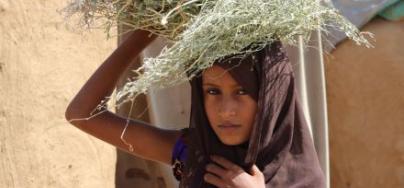 Asiha, 9 ans, déplacée interne originaire de Haradh, vit avec sa famille dans le village de Borman, district de Abs, Hajjah.