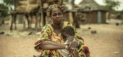 Fatoumata vit au Burkina Faso. Elle est éleveuse productrice de lait. Elle fait 20 kilomètres par jour pour vendre son lait et celui des familles de sa communauté. Photo : Pablo Tasco/Oxfam