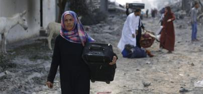 A woman returns to Shujaiya in eastern Gaza (July 2014). Iyad al Baba/Oxfam