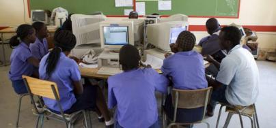 Une classe d'informatique à l'école Oneputa, au nord de la Namibie. Le gouvernement namibien est engagé à réduire les inégalités et l'enseignement secondaire est gratuit pour tous les étudiants. Photo: John Hogg / Banque mondiale