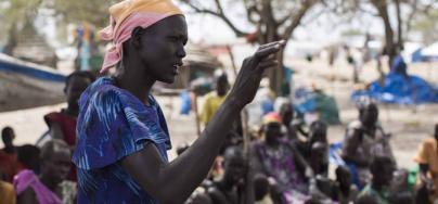 Une femme prend la parole dans un groupe de discussion sur la paix, au Sud-Soudan. Photo: Mackenzie Knowles Coursin/Oxfam