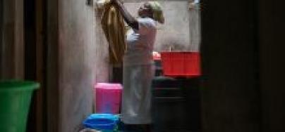 Margaret Mumbua, una trabajadora doméstica de Nairobi, Kenia, haciendo la colada (foto: Allan Gichigi/Oxfam)
