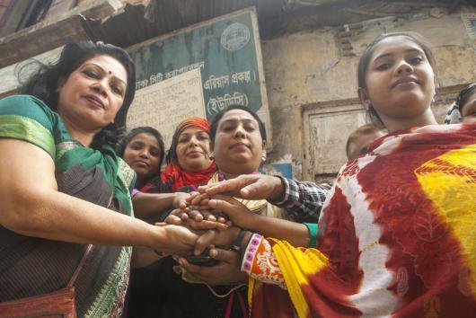 Shamima Nasreen (43, a la izquierda) y algunas de sus compañeras de trabajo. Shamima Nasreen es fundadora de SBGSKF, una organización que presiona por condiciones de trabajo mejores y más justas en las fábricas de prendas de vestir en Bangladesh. Crédito: Saikat Mojumder / Oxfam