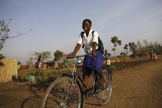 Grace * es una de las 30 niñas en el sur de Malawi que recibieron bicicletas de Oxfam para poder ir a la escuela y continuar su educación. Antes de recibir su bicicleta tardaba más de dos horas en llegar andando, 15 km hasta a la escuela. Crédito: Corinna Kern / Oxfam