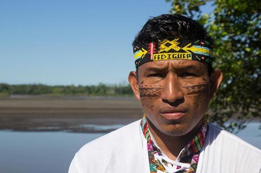 Teddy, líder de la comunidad quechua en la ciudad de Nuevo Andoas, en lo profundo de la selva amazónica del Perú.