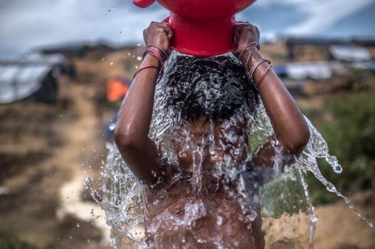 Sofía se lavandose con una bomba instalada por Oxfam