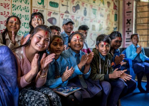Les élèves du club pour enfants du lycée d'un village du district de Nepalgunj au Népal, où le partenaire d'OXFAM, SAC, travaille à l'évolution des questions de genre afin de protéger et d'autonomiser les filles, de promouvoir l'éducation inclusive,  de réduire le nombre de mariage précoces et de lutter contre la violence à l'égard des femmes. Crédit : Aurélie Marrier d'Unienville / Oxfam